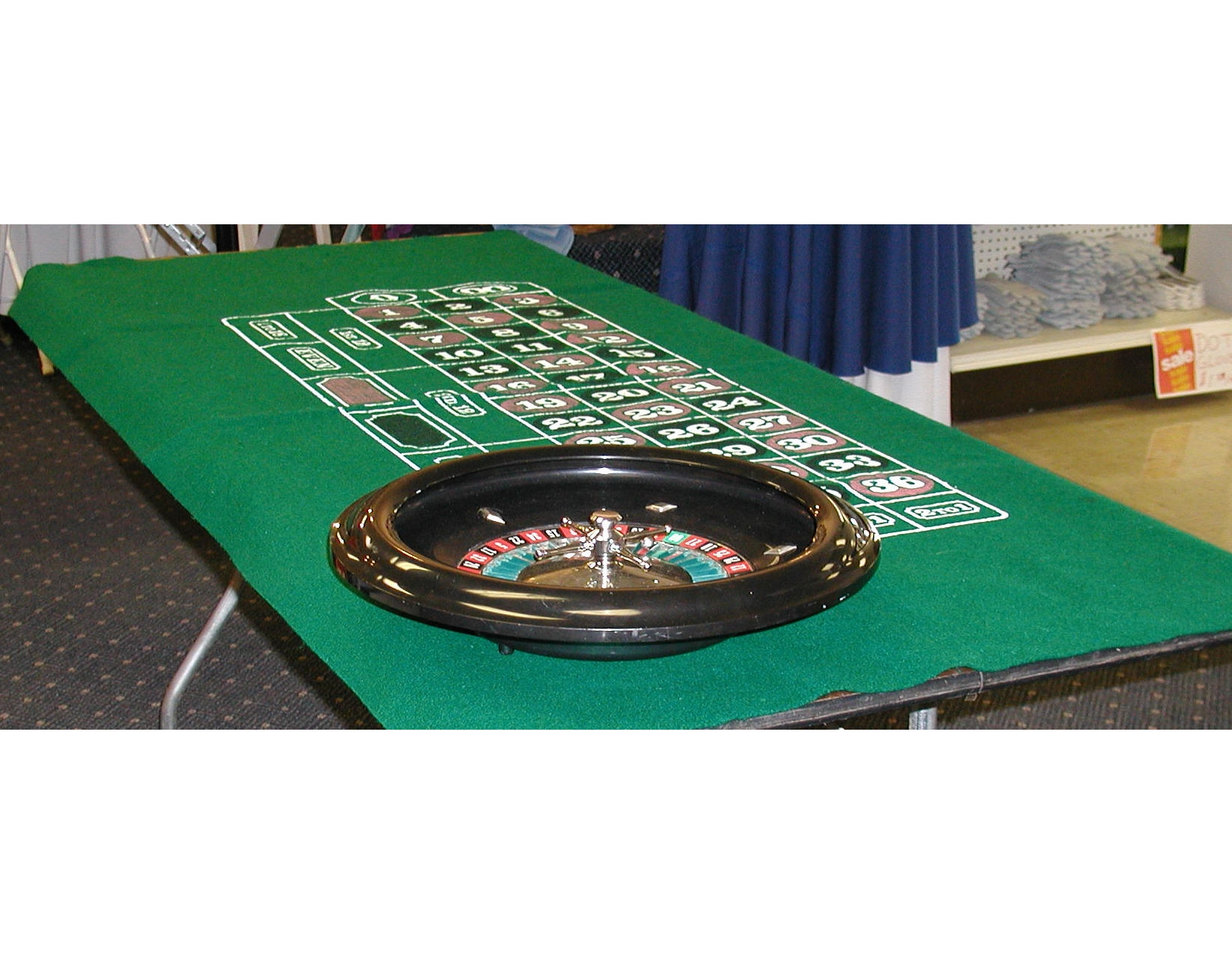 Roulette wheel with felt table top